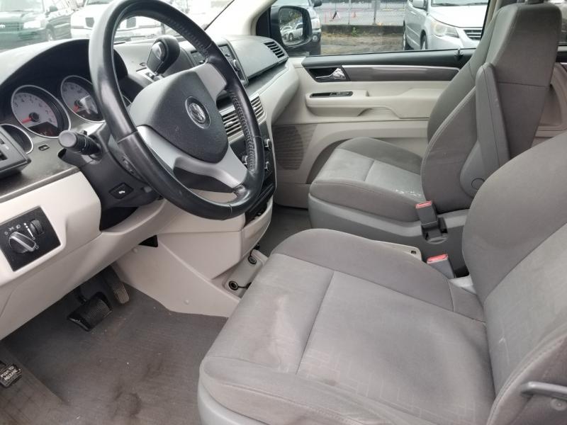 Volkswagen Routan 2009 price $6,000