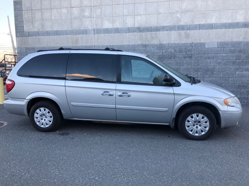 Chrysler Town and Country 2005 price $2,950