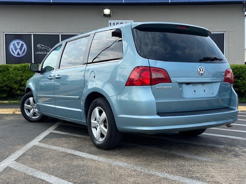 Volkswagen Routan 2010 price $4,999