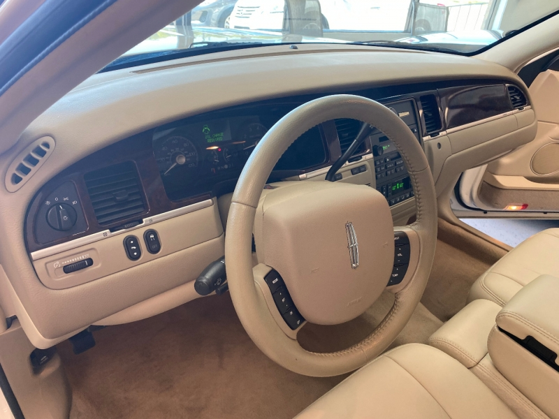 Lincoln Town Car 2007 price $12,998