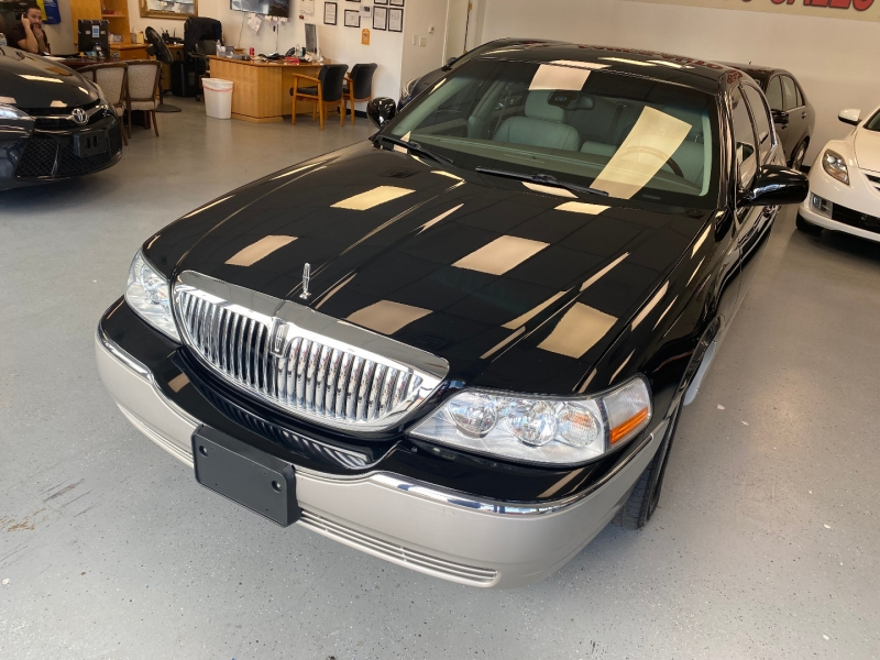 Lincoln Town Car 2003 price $8,498