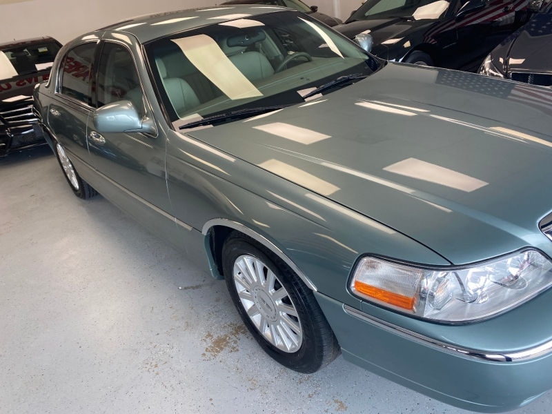 Lincoln Town Car 2005 price $10,498