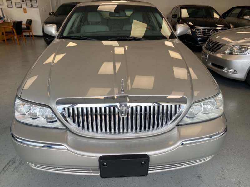 Lincoln Town Car 2006 price $9,998