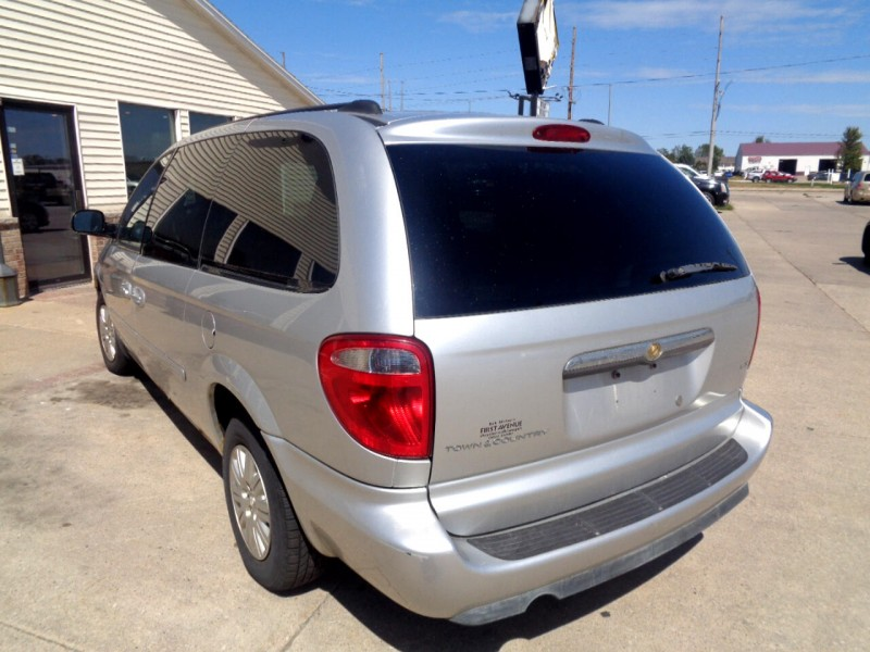 Chrysler Town & Country 2005 price $1,495