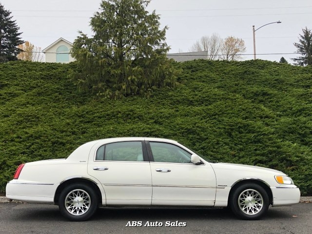 Lincoln Town Car 2002 price $7,995