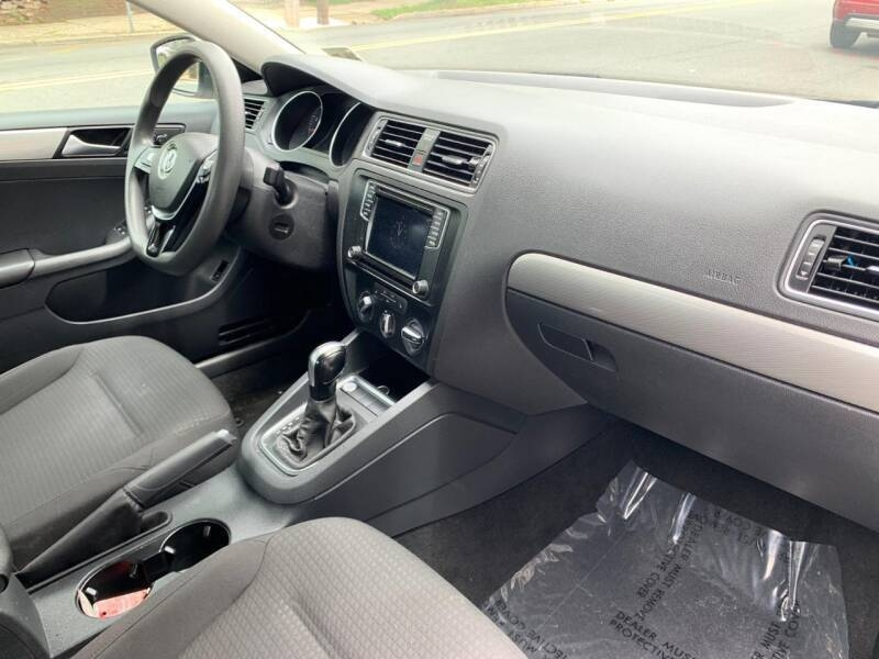 Volkswagen Jetta 2016 price $10,300