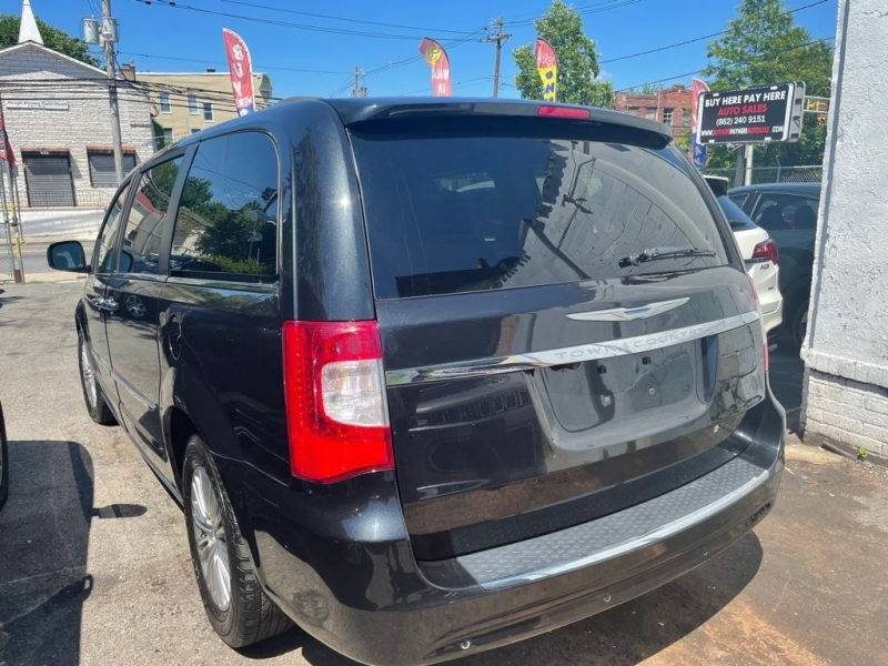 Chrysler Town and Country 2014 price $15,995