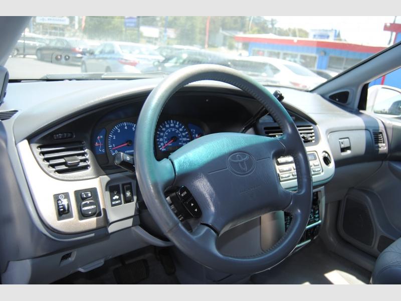 Toyota Sienna 2001 price $3,188