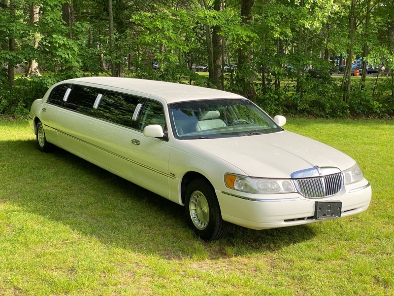 Lincoln Town Car 1999 price $6,995