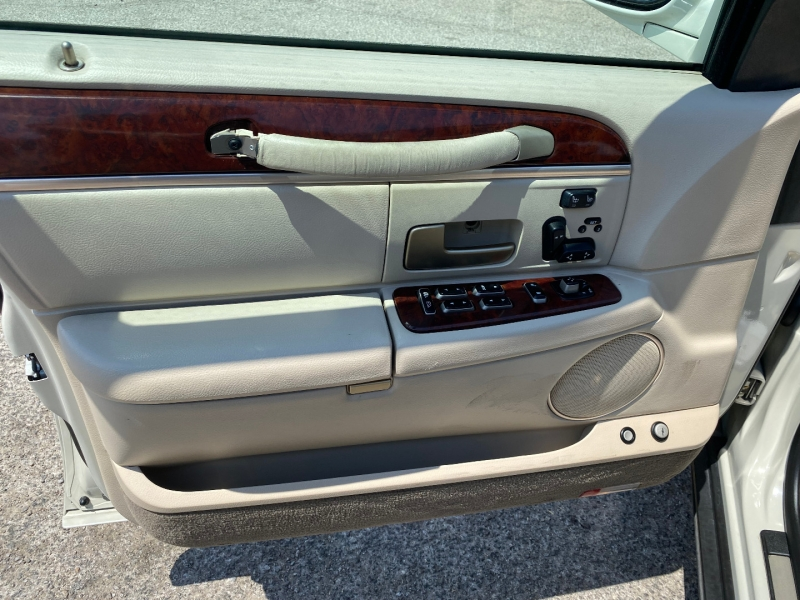 Lincoln Town Car 2005 price $5,950