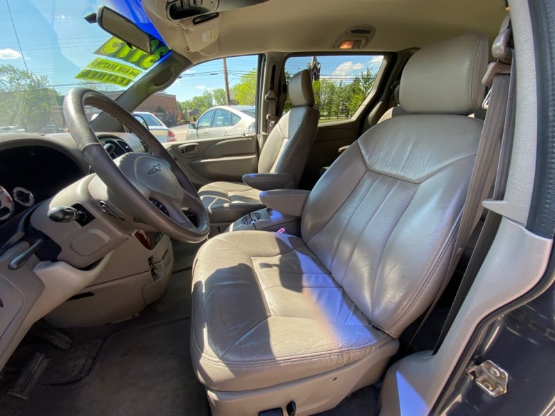 CHRYSLER TOWN & COUNTRY 2002 price $3,995