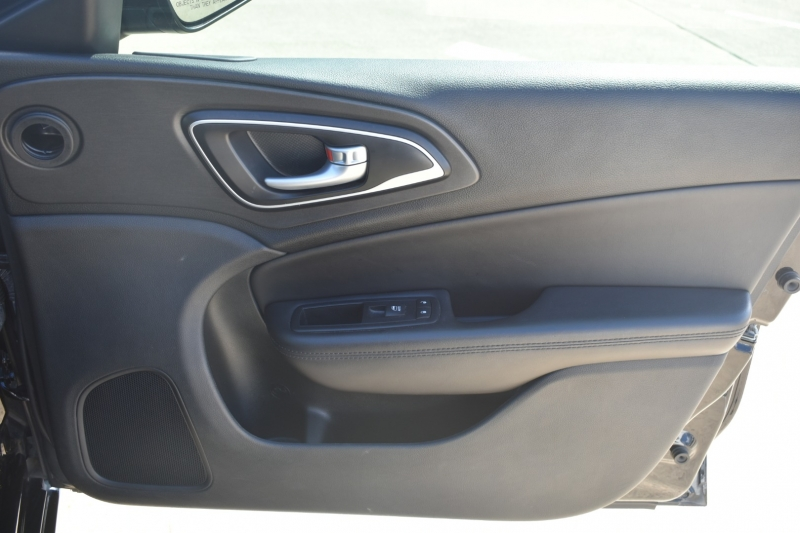 Chrysler 200 2017 price $13,995