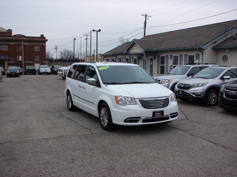 Chrysler Town & Country 2016 price $14,800