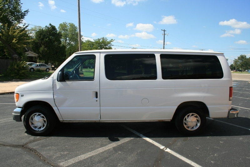 Ford Econoline Wagon 2001 price $3,950 Cash