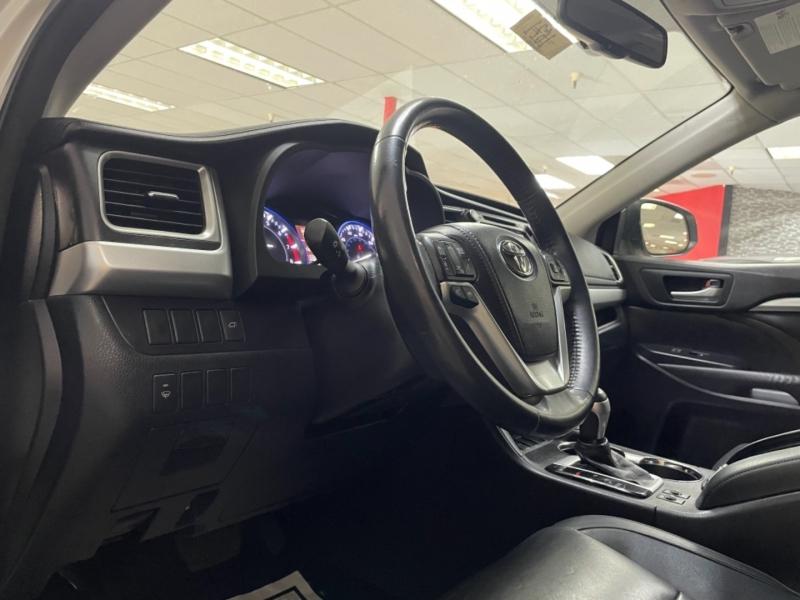 Toyota Highlander XLE 2015 price $28,600
