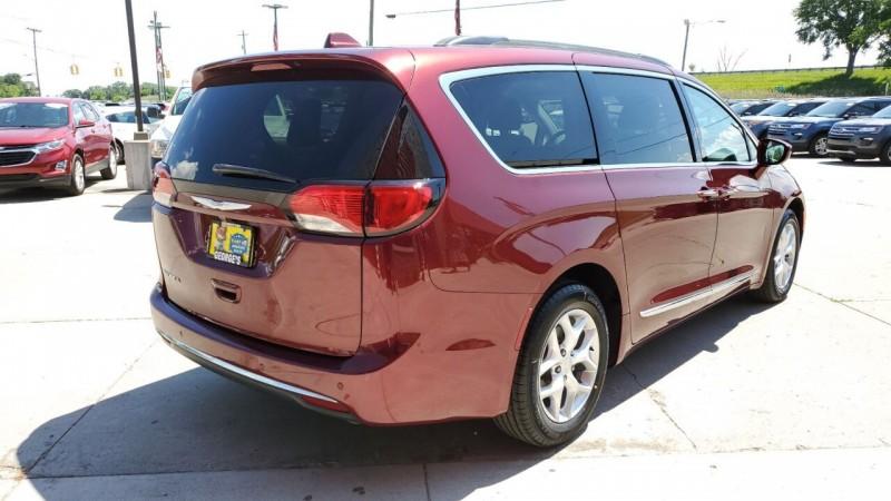 Chrysler Pacifica 2017 price $21,991
