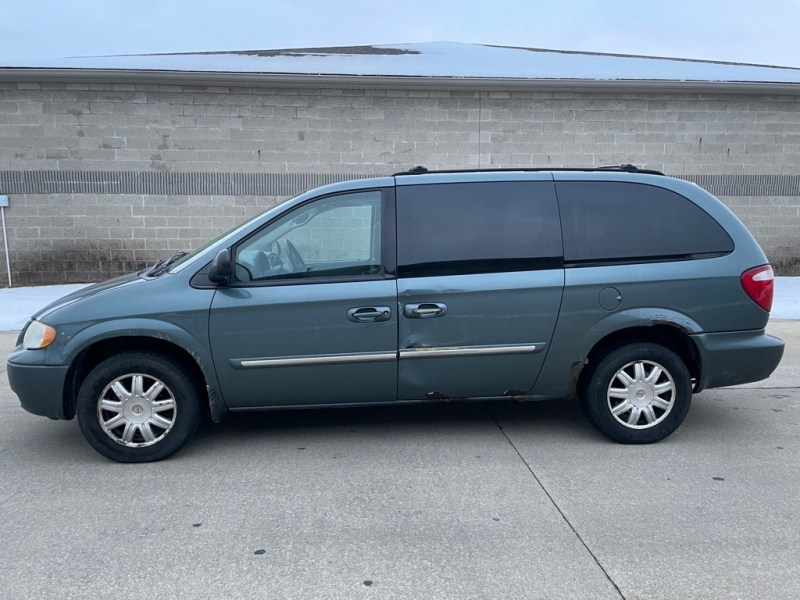 CHRYSLER TOWN AND COUNTR 2006 price $2,100