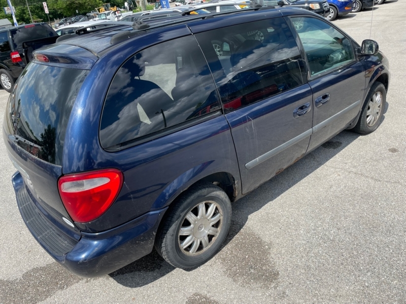 CHRYSLER TOWN AND COUNTR 2005 price $900