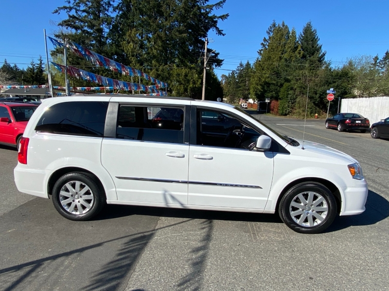 Chrysler Town & Country 2014 price $15,995