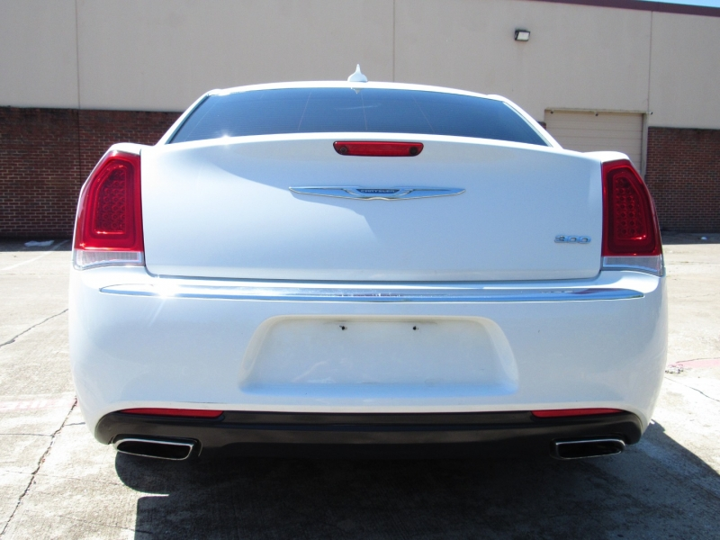 Chrysler 300 2017 price $25,995