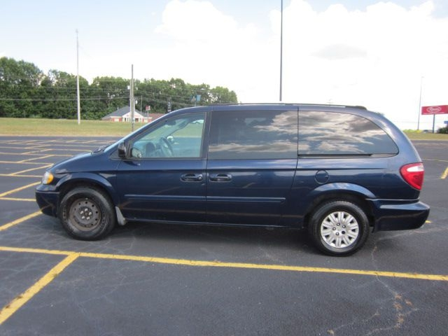 CHRYSLER TOWN & COUNTRY 2005 price $2,600