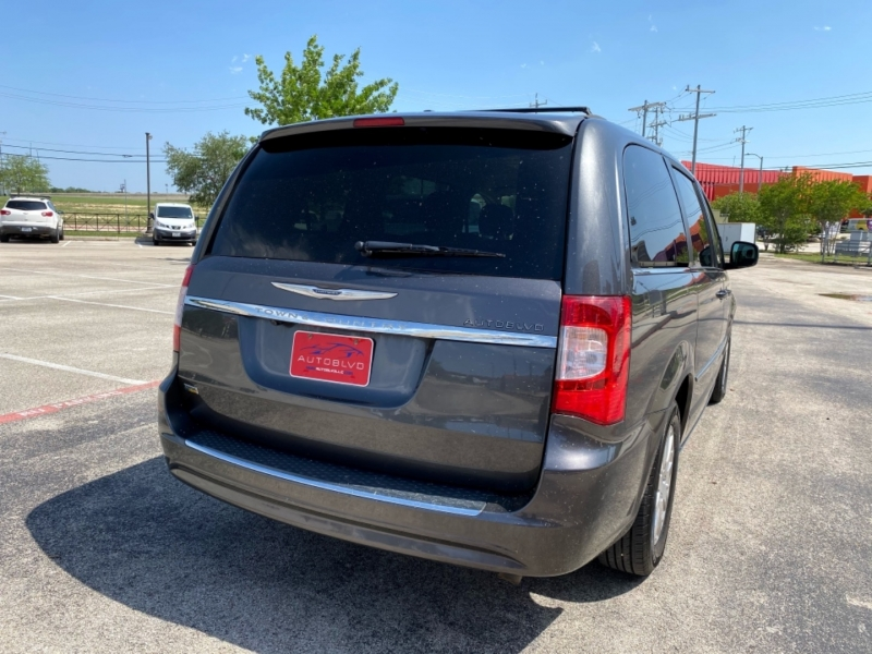 Chrysler Town & Country 2016 price $14,997