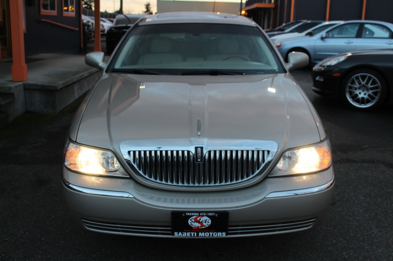 Lincoln Town Car 2007 price $7,990