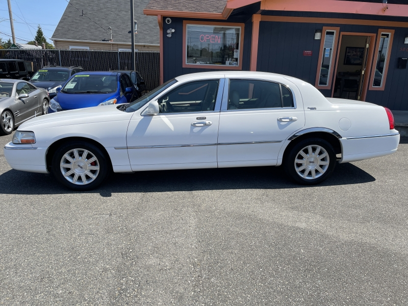 Lincoln Town Car 2010 price $9,990