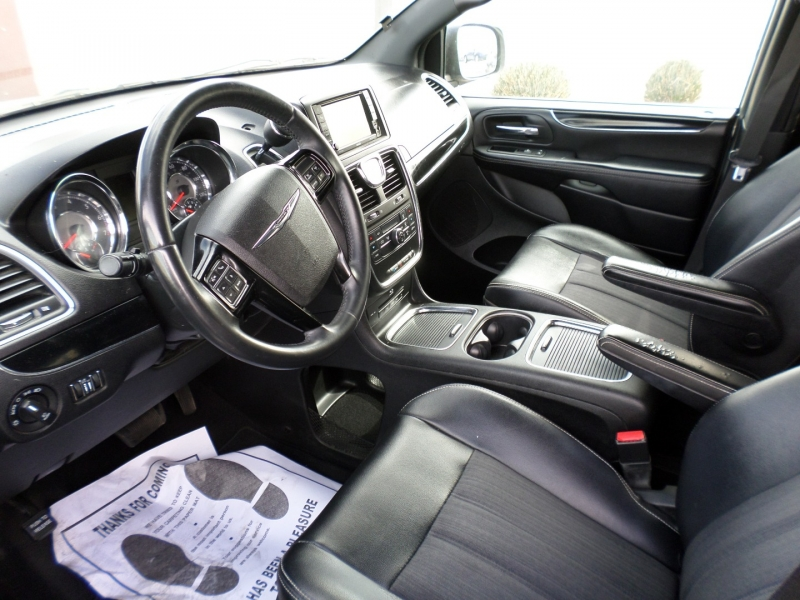 Chrysler Town & Country 2014 price $10,395