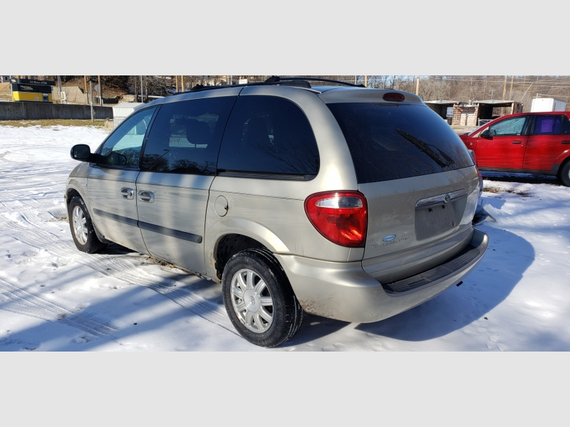 Chrysler Town & Country 2005 price $1,500
