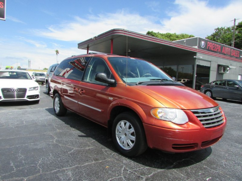 CHRYSLER TOWN & COUNTRY 2006 price $3,995