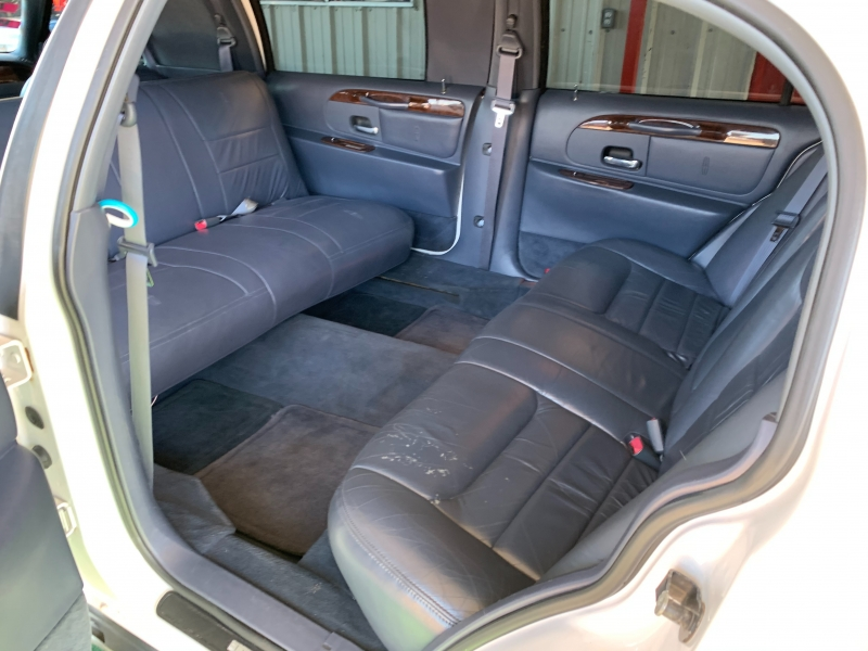 Lincoln Town Car 2000 price $7,995