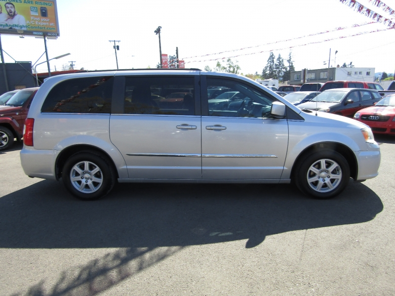 Chrysler Town & Country 2011 price $7,977