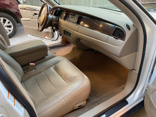Lincoln Town Car 2002 price $8,499