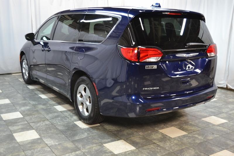 Chrysler Pacifica 2017 price $17,400