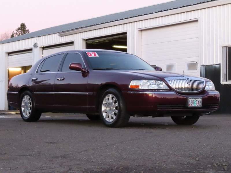 Lincoln Town Car 2007 price $7,995