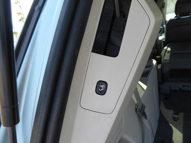 Volkswagen Routan 2010 price $8,995
