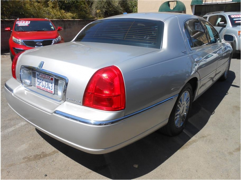 Lincoln Town Car 2006 price $10,995