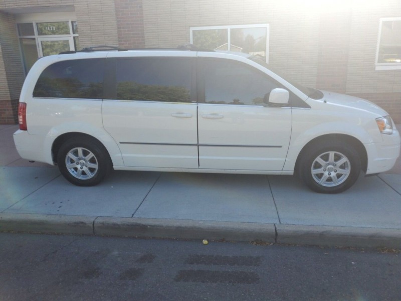 Chrysler Town and Country 2010 price $15,999