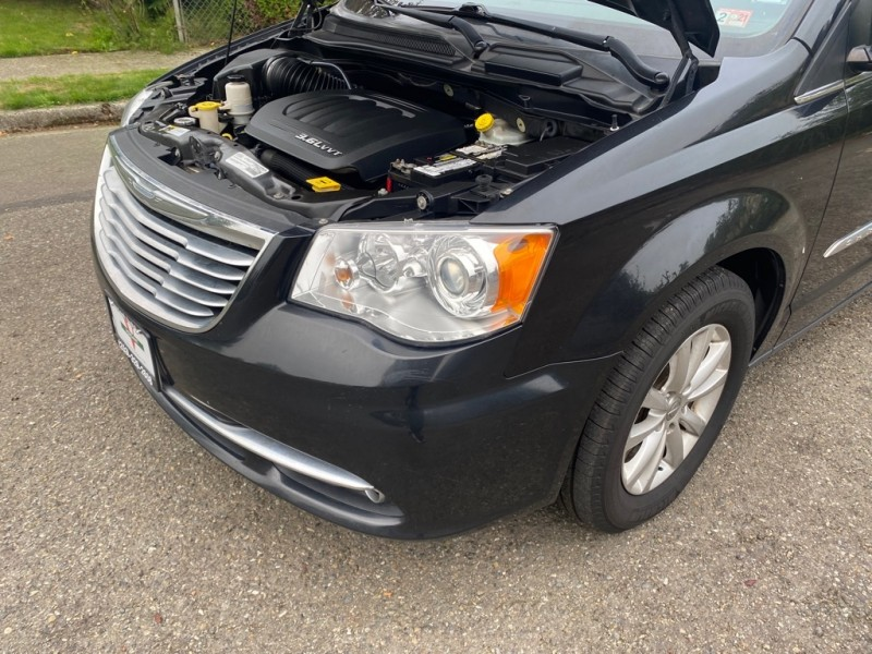 Chrysler Town & Country 2015 price $17,991