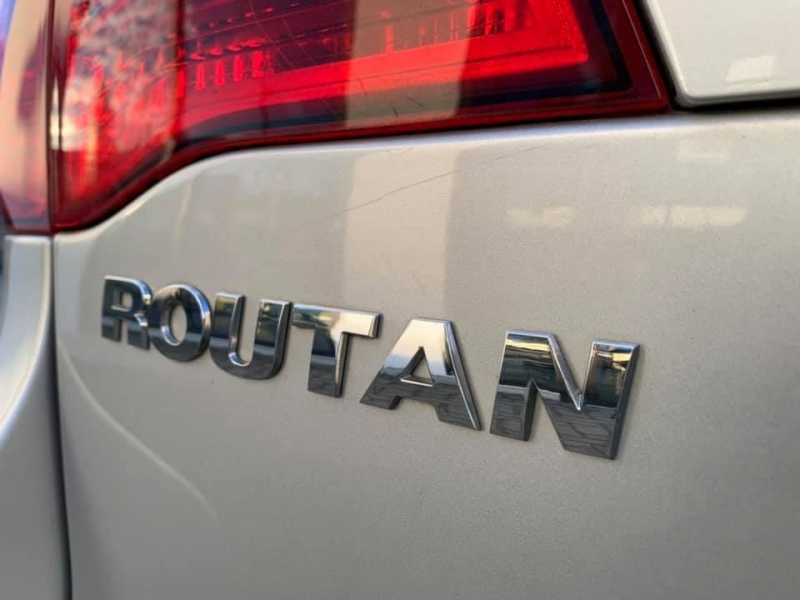 Volkswagen Routan 2010 price $5,869