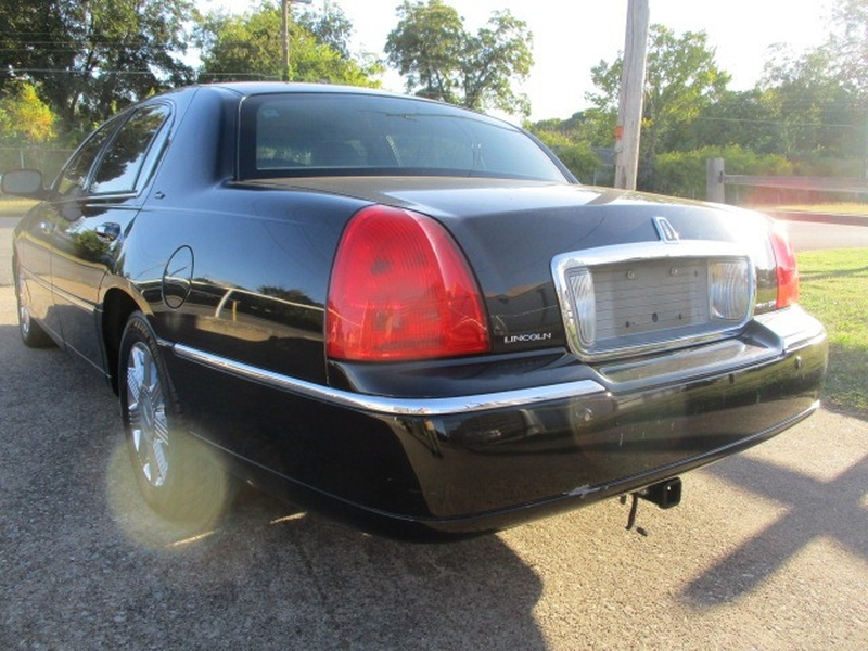 Lincoln Town Car 2003 price $3,995 Cash