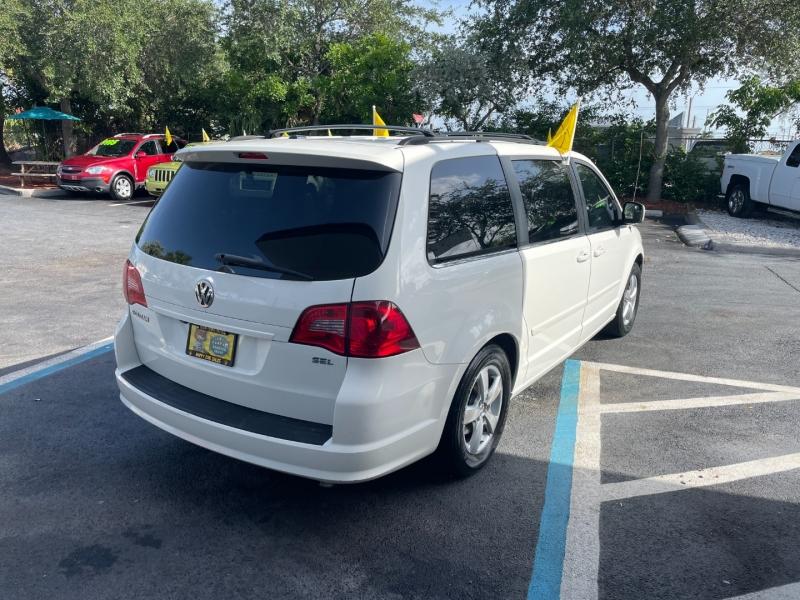 Volkswagen Routan 2009 price $6,991