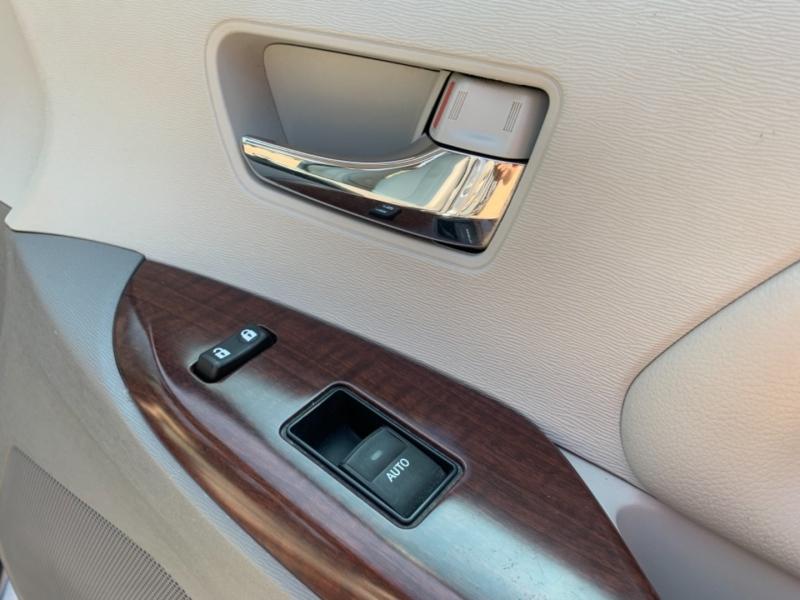 Toyota Sienna 2013 price $23,900