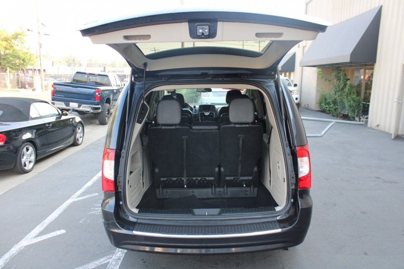 Chrysler Town & Country 2013 price $11,995