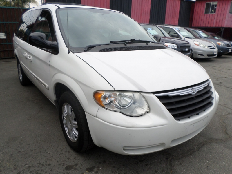 Chrysler Town & Country 2005 price $6,950