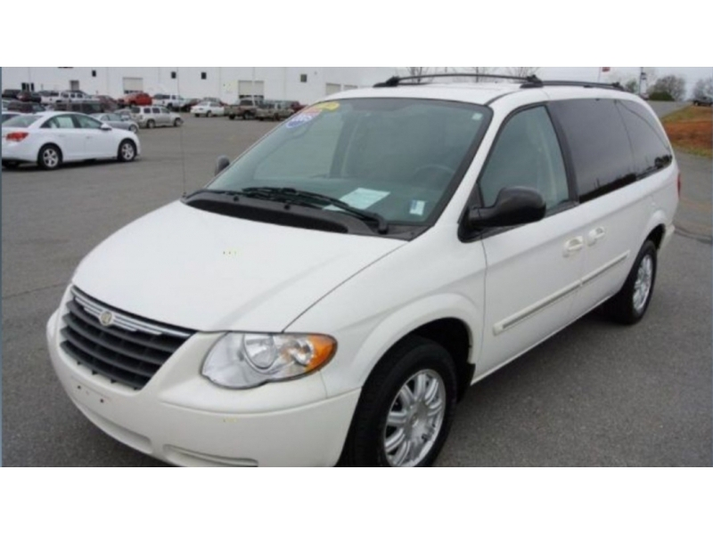 Chrysler Town & Country 2005 price $3,500
