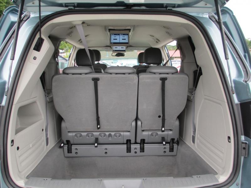 Volkswagen Routan 2010 price $5,995