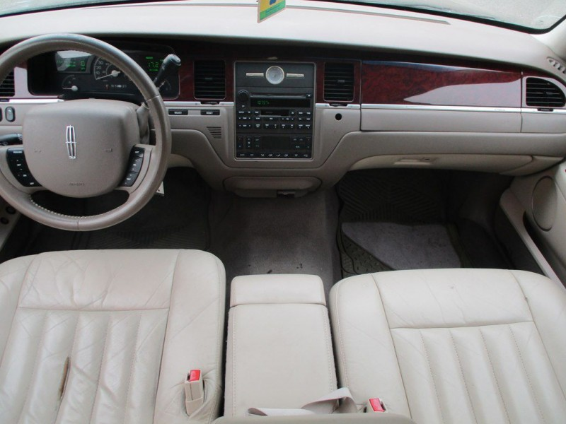 LINCOLN TOWN CAR 2005 price $2,000