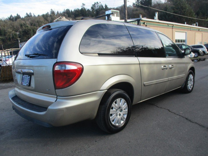 CHRYSLER TOWN & COUNTRY 2005 price $2,999